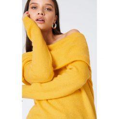 Swetry damskie: NA-KD Trend Szeroki sweter z odkrytymi ramionami - Yellow