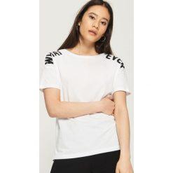 Koszulka z napisami - Biały. Białe t-shirty damskie marki Sinsay, l, z napisami. W wyprzedaży za 14,99 zł.