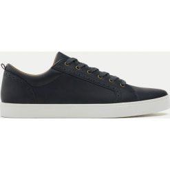 Eleganckie niebieskie buty ze zdobieniem brogue. Szare halówki męskie marki Pull & Bear, okrągłe. Za 59,90 zł.