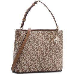 Torebka DKNY - Bryant Bucket R83JJ619 Chino Logo/Vic CVU. Brązowe torebki klasyczne damskie DKNY, ze skóry ekologicznej. Za 719,00 zł.