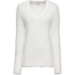 Sweter z dzianiny z długim włosem bonprix biel wełny. Białe swetry klasyczne damskie bonprix, z dzianiny, z okrągłym kołnierzem. Za 89,99 zł.
