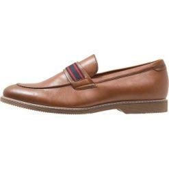 Steve Madden NOVEL Eleganckie buty tan. Czerwone buty wizytowe męskie marki Steve Madden, z materiału. Za 379,00 zł.