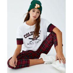 Koszulka w stylu college z kontrastowymi rękawami. Szare t-shirty damskie Pull&Bear, z kontrastowym kołnierzykiem. Za 49,90 zł.