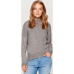Sweter oversize - Jasny szar. Szare swetry oversize damskie marki Mohito, l. W wyprzedaży za 79,99 zł.