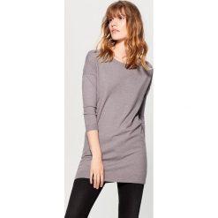Swetry klasyczne damskie: Długi sweter z aplikacją na plecach – Szary