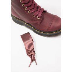 Dr. Martens AIMILITA 9 EYE TOE CAP BOOT GRIZZLY Kozaki sznurowane cherry red. Czerwone buty zimowe damskie Dr. Martens, z gumy. Za 839,00 zł.