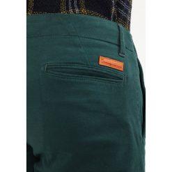Chinosy męskie: Knowledge Cotton Apparel PISTOL JOE Spodnie materiałowe green gables
