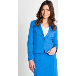 Niebieski żakiet na jeden guzik QUIOSQUE. Niebieskie marynarki i żakiety damskie marki QUIOSQUE, z dzianiny, biznesowe. W wyprzedaży za 99,99 zł.