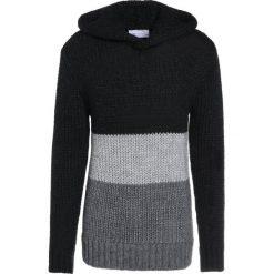 Holzweiler ASSERTIVE  Sweter black/grey. Szare swetry klasyczne męskie marki Alma en Pena, z materiału, na płaskiej podeszwie. W wyprzedaży za 807,95 zł.