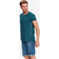 T-SHIRT MĘSKI Z NADRUKOWANYMI NAPISAMI PO BOKACH. Szare t-shirty męskie marki Top Secret, w ażurowe wzory. Za 19,99 zł.