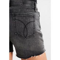 Calvin Klein Jeans MID RISE SHORT Szorty curtis black dstr cmf. Czarne jeansy damskie Calvin Klein Jeans, z bawełny. Za 399,00 zł.