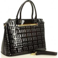 MONNARI Logowana torebka kuferek czarny. Czarne kuferki damskie Monnari, w paski, ze skóry ekologicznej, na ramię, z tłoczeniem. Za 159,00 zł.