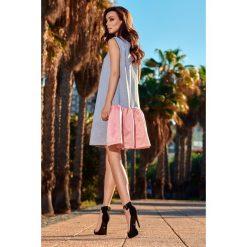 Trapezowa sukienka z satynową falbaną jasnoszary-pudrowy róż NINA. Czerwone sukienki dresowe marki Lemoniade, do pracy, na lato, s, biznesowe, trapezowe. Za 159,90 zł.