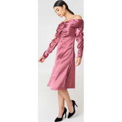 Sukienki: NA-KD Party Sukienka z odkrytymi ramionami – Pink