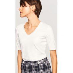T-shirt z dekoltem w serek - Biały. Białe t-shirty damskie marki Reserved, l, z dzianiny. W wyprzedaży za 29,99 zł.