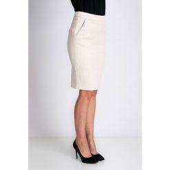 Beżowa dopasowana strukturalna spódnica QUIOSQUE. Szare spódnice wieczorowe marki QUIOSQUE, na co dzień, s, w koronkowe wzory, z dzianiny, z klasycznym kołnierzykiem, ołówkowe. W wyprzedaży za 76,00 zł.
