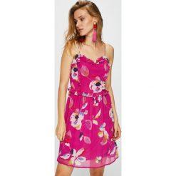 Vero Moda - Sukienka. Niebieskie sukienki mini marki bonprix, z nadrukiem, na ramiączkach. W wyprzedaży za 99,90 zł.