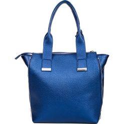 Prostokątna kobaltowa shopperka z chwostem QUIOSQUE. Niebieskie shopper bag damskie QUIOSQUE, w kolorowe wzory, ze skóry ekologicznej. Za 169,99 zł.
