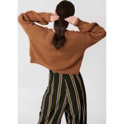 NA-KD Krótki sweter ze ściegiem warkoczowym - Brown,Copper. Brązowe swetry klasyczne damskie NA-KD. Za 141,95 zł.