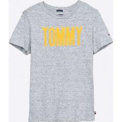 Tommy Hilfiger - T-shirt dziecięcy 122-176 cm. Szare t-shirty chłopięce z nadrukiem TOMMY HILFIGER, z bawełny, z okrągłym kołnierzem. Za 129,90 zł.