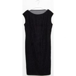 Simple - Sukienka. Czarne sukienki balowe marki bonprix, do pracy, w paski, z krótkim rękawem, mini, baskinki. W wyprzedaży za 279,90 zł.