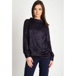 Granatowa żakardowa bluzka bombka QUIOSQUE. Szare bluzki nietoperze marki QUIOSQUE, z tkaniny, eleganckie, z kopertowym dekoltem. W wyprzedaży za 79,99 zł.