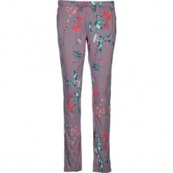 Spodnie piżamowe w kolorze fiołkowym. Białe piżamy damskie marki LASCANA, w koronkowe wzory, z koronki. W wyprzedaży za 58,95 zł.
