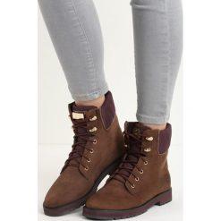 Brązowe Traperki Borderline. Brązowe buty zimowe damskie marki Born2be, z okrągłym noskiem, na płaskiej podeszwie. Za 99,99 zł.