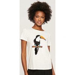 T-shirty damskie: T-shirt z tukanem – Kremowy