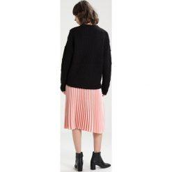 Swetry klasyczne damskie: Wemoto POM Sweter black