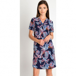 Granatowa koszulowa sukienka z orientalnym wzorem QUIOSQUE. Czerwone sukienki letnie marki QUIOSQUE, na spacer, z nadrukiem, wakacyjne, z koszulowym kołnierzykiem, z długim rękawem, mini, koszulowe. W wyprzedaży za 59,99 zł.