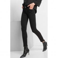 Elastyczne jeansy skinny. Czarne boyfriendy damskie Orsay. Za 139,99 zł.
