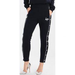 Spodnie dresowe damskie: Hype JOGGERS POPPER Spodnie treningowe navy/white