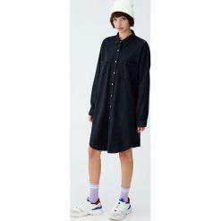 Gładka sukienka koszulowa. Czarne sukienki Pull&Bear, z jeansu, z koszulowym kołnierzykiem, koszulowe. Za 89,90 zł.