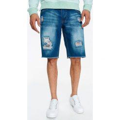 SZORTY MĘSKIE JEANSOWE Z NAPISAMI I PRZETARCIAMI. Szare bermudy męskie Top Secret, na lato, z napisami, z jeansu, eleganckie. Za 54,99 zł.