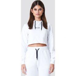 Sahara Ray x NA-KD Krótka bluza z kontrastowym troczkiem - White. Białe bluzy z nadrukiem damskie marki Sahara Ray x NA-KD, z krótkim rękawem, krótkie. W wyprzedaży za 70,98 zł.