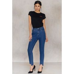 NA-KD Asymetryczne jeansy 7/8 z wysokim stanem - Blue. Szare jeansy damskie marki NA-KD, z bawełny, z podwyższonym stanem. W wyprzedaży za 48,59 zł.