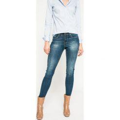 Medicine - Jeansy Dark Bloom. Niebieskie jeansy damskie marki MEDICINE, z bawełny. W wyprzedaży za 99,90 zł.