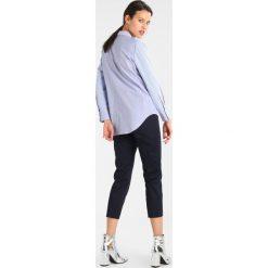 Ted Baker SALEANA RUFFLE WAIST TAPERED TROUSER Spodnie materiałowe navy. Niebieskie spodnie z wysokim stanem Ted Baker, z bawełny. W wyprzedaży za 524,25 zł.