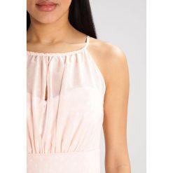 Swing Sukienka letnia nude. Brązowe sukienki letnie marki Swing, z materiału. W wyprzedaży za 382,85 zł.