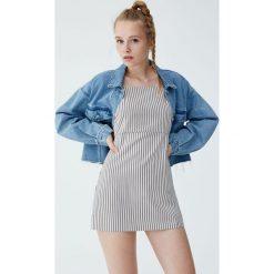 Krótka sukienka w paski na ramiączkach. Brązowe sukienki mini marki Pull&Bear, w paski, z jeansu, z krótkim rękawem. Za 69,90 zł.