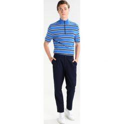 Samsøe & Samsøe MANUSH ZIP Tshirt z nadrukiem strong blue. Niebieskie koszulki polo marki Tiffosi. Za 369,00 zł.
