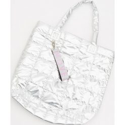 Pikowana torba - Srebrny. Szare torebki klasyczne damskie Reserved, pikowane. Za 99,99 zł.