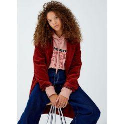 Bluza z napisem i kapturem. Czerwone bluzy rozpinane damskie Pull&Bear, z napisami. Za 59,90 zł.