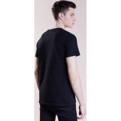 True Religion SNAKE GUITAR Tshirt z nadrukiem black. Czarne koszulki polo True Religion, m, z nadrukiem, z bawełny. W wyprzedaży za 293,30 zł.