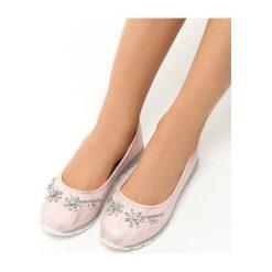 Różowe Balerinki Jetti. Czerwone baleriny damskie marki Born2be, ze skóry, na płaskiej podeszwie. Za 39,99 zł.