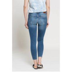 Wrangler - Jeansy. Niebieskie jeansy damskie Wrangler, z aplikacjami, z bawełny. W wyprzedaży za 199,90 zł.