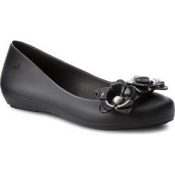Baleriny ZAXY - Flower Fem 82529 Black 01003 BB285001 02064. Czarne baleriny damskie lakierowane Zaxy, z tworzywa sztucznego. W wyprzedaży za 149,00 zł.
