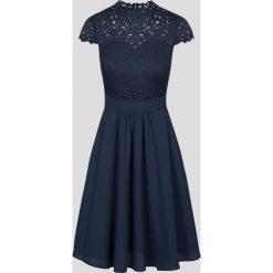 Sukienki balowe: Rozkloszowana sukienka z koronką