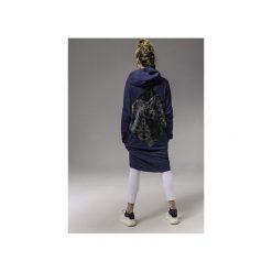 BAWEŁNIANY PŁASZCZ JEANSOWY Z SZARYM GEOMETRYCZNYM WZOREM. Niebieskie płaszcze damskie Skalny, w geometryczne wzory, z bawełny. Za 599,00 zł.